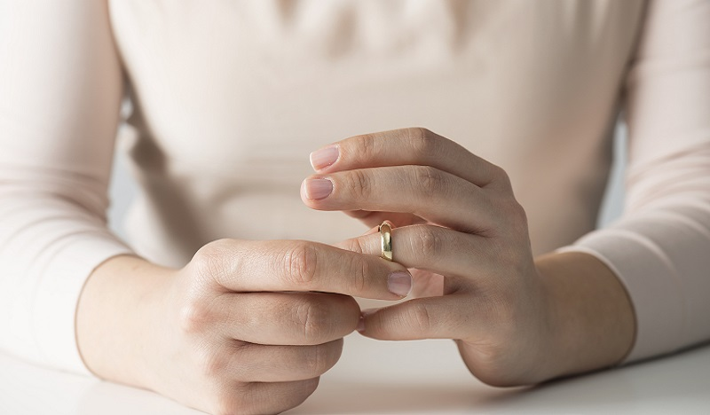 what-to-do-with-wedding-rings-after-divorce-today-tease-171003_e417d0d26416be4bbfd0892547354d0b.jpg